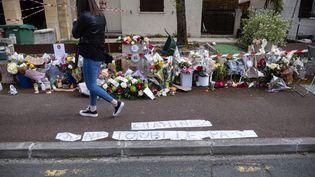 Une passantese recueille devant le domicile de la victime, Chahinez B., brûlée vive par son mari le 4 mai 2021 à Mérignac (Gironde). (STEPHANE DUPRAT / HANS LUCAS)