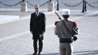 François Hollande en face de la tombe du soldat inconnu, à Paris, le 11 novembre 2016. (STEPHANE DE SAKUTIN / AFP)