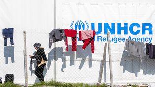 Une femmedans un camp du HCR, à la frontière entre la Macédoine et la Grèce, le 25 octobre 2015. (ROBERT ATANASOVSKI / AFP)