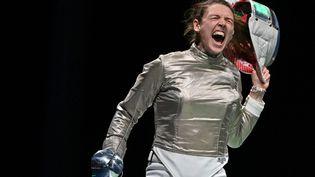 Manon Brunet de l'équipe de France de sabre explose de joie, le 31 juillet 2021, lors des Jeux de Tokyo. (FABRICE COFFRINI / AFP)
