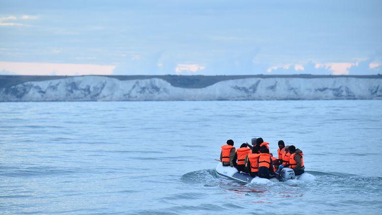 Des migrants tentent de rejoindre le Royaume-Uni, au large de Douvres le 1er septembre 2020. (GLYN KIRK / AFP)