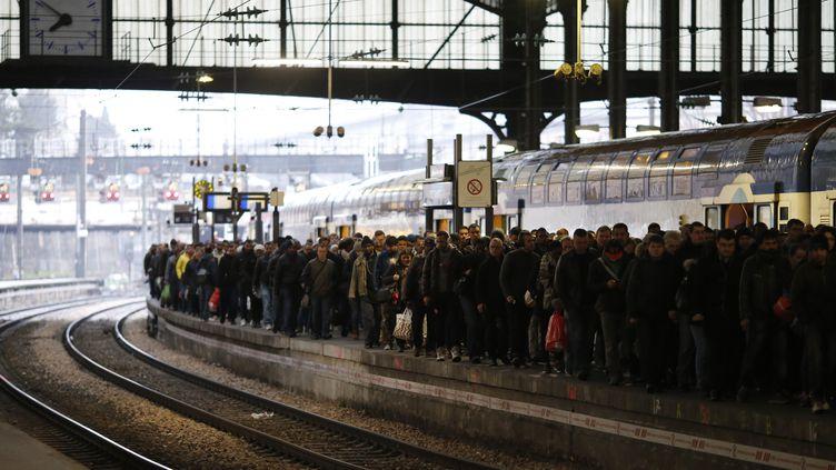 Des voyageursattendent un train sur un quai de la gare Saint-Lazare(Paris), pendant une grève de la SNCF, le 9 mars 2016. (MATTHIEU ALEXANDRE / AFP)