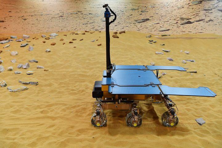 Un prototype du robot qui doit être déployé lors de la mission ExoMars, photographié le 7 février 2019 dans un centre de Stevenage, au nord de Londres (Royaume-Uni). (BEN STANSALL / AFP)