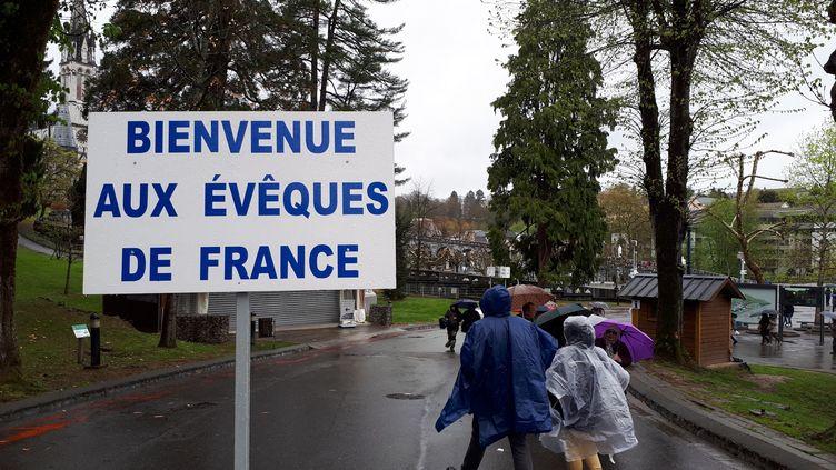 Pancarte à l'entrée du sanctuaire de Lourdes, pour accueillir les participants de la Conférence des évêques de France le 3 avril 2019 (BENJAMIN ILLY / FRANCE-INFO)