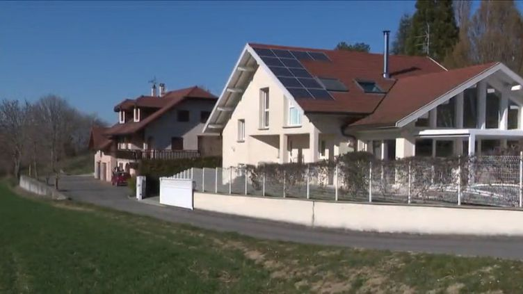 Avec 3 800 euros, le revenu moyen des habitants y est le plus haut en France. Archamps (Haute-Savoie) est pourtant un petit village, presque comme tous les autres. (FRANCE 3)