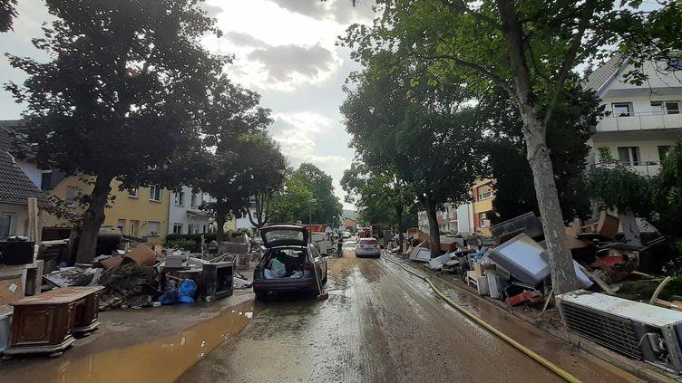 Les rues dévastées par les inondations de Sinzig (Rhénanie-Palatinat), à 3 kilomètres de Bad Bodendorf en Allemagne le 17 juillet 2021. (SÉBASTIEN BAER / FRANCEINFO / RADIO FRANCE)