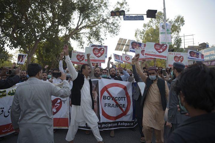 Des manifestants défilent à Islamabad (Pakistan) pour protester contre les propos d'Emmanuel Macron défendant la liberté d'expression et, notamment, la possibilité de caricaturer le prophète Mahomet, le 30 octobre 2020. (FAROOQ NAEEM / AFP)