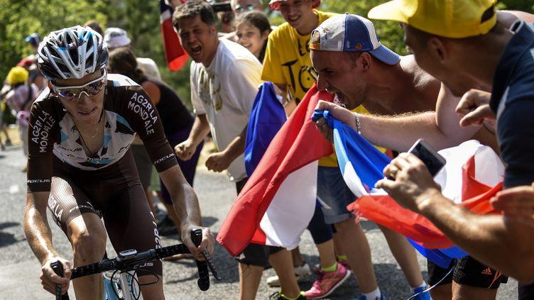 Romain Bardet encouragé par la foule (ERIC FEFERBERG / AFP)