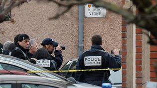 Des policiers pendant l'assaut des hommes du Raid dans l'appartement de Mohamed Merah à Toulouse (Haute-Garonne), le 22 mars 2012. (PASCAL PAVANI / AFP)