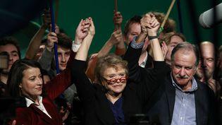 La candidate écologiste à la présidentielle, Eva Joly, entourée de la secrétaire générale d'Europe Ecologie-Les Verts, Cécile Duflot, et du député Noël Mamère, le 11 février 2012 à Roubaix. (PASCAL ROSSIGNOL / REUTERS)