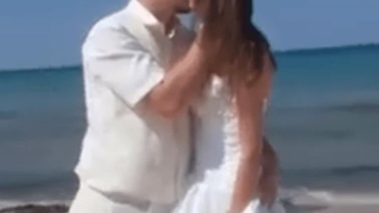 Capture d'écran de la vidéo dans laquelle un couple de Britanniques s'embrasse sur une plage, à Sousse (Tunisie), le 28 juin 2015. (CARTHAGE FM)