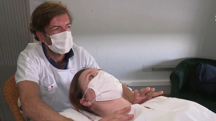 Dans les hôpitaux, le taux de décès est beaucoup plus important qu'habituellement à cause de la crise sanitaire du Covid-19. Pour les soignants, cette période est compliquée, alors pour les aider, certains hôpitaux ont ouvert des cellules psychologiques, comme à Mulhouse (Haut-Rhin). (FRANCE 2)