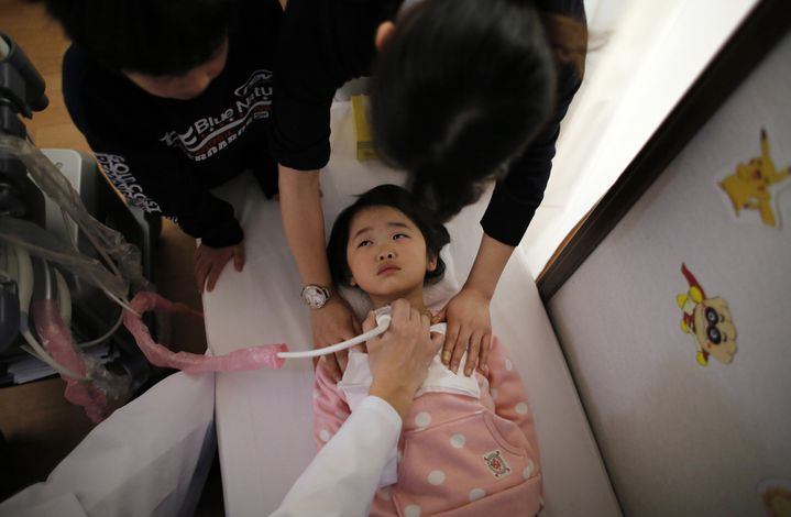 Examen de la thyroïde d'une petite fille de 5 ans à Nihonmatsu, dans la préfecture de Fukushima (Japon), le 27 février 2014. (TORU HANAI / REUTERS)