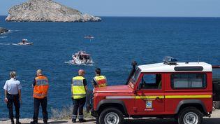 Les marins-pompiers, le 17 mai 2015, à la recherche de deux adolescents disparus après s'être jetés à l'eau la veille, dans les calanques de Marseille (Bouches-du-Rhône). (BORIS HORVAT / AFP)