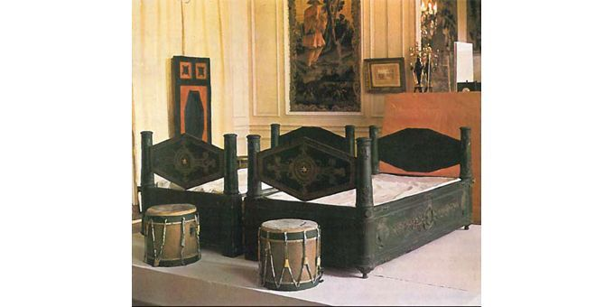 Lits jumeaux du général Bonaparte et de Joséphine de Beauharnais et tabourets en forme de tambour militaire  (Vente Osenat. L'empire à Fontainebleau)