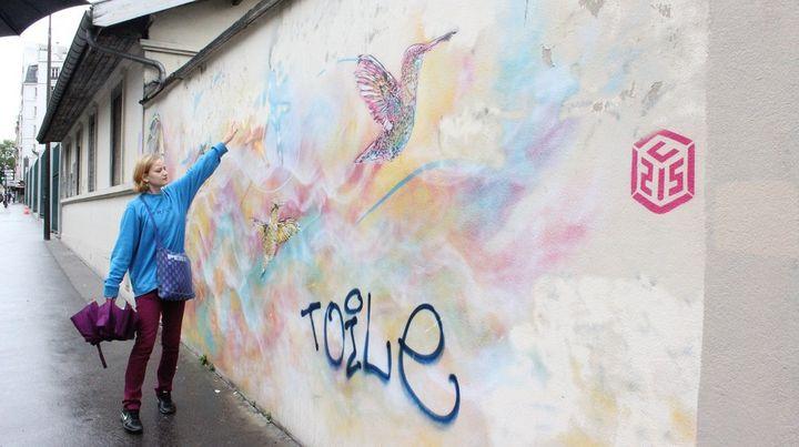 Kasia Klon devant une oeuvre de l'artiste C215.  (Claire Digiacomi / Culturebox)