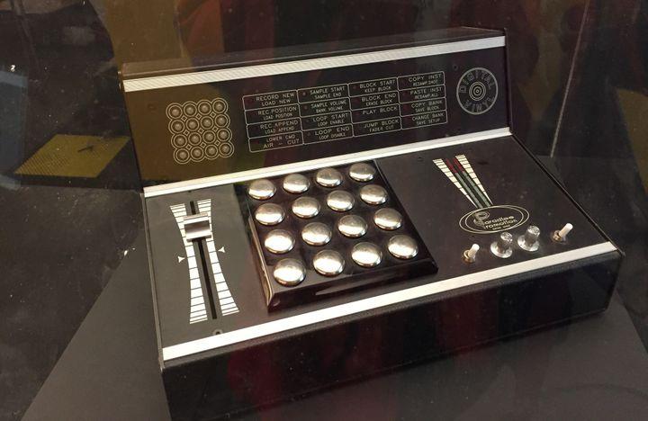 Une boîte à rythmes de RZA, producteur et éminence grise du Wu-Tang Clan, exposée au Wu Lab.  (Laure Narlian / Culturebox)