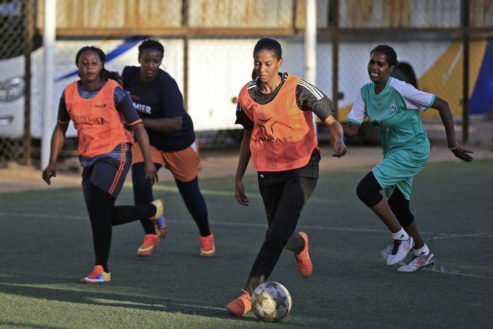 La footballeuse soudanaise Orjuan Essam, 19 ans, à l'entraînement le 20 novembre 2019. (ASHRAF SHAZLY / AFP)