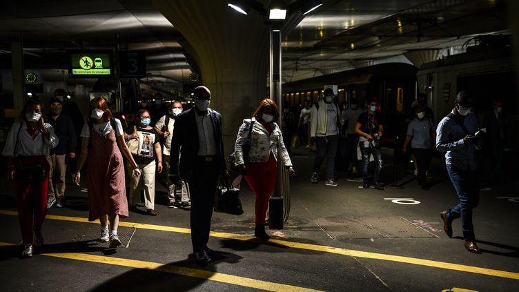 Des voyageurs portant un masque, le 2 juin 2020 à la gare d'Austerlitz à Paris. (CHRISTOPHE ARCHAMBAULT / AFP)