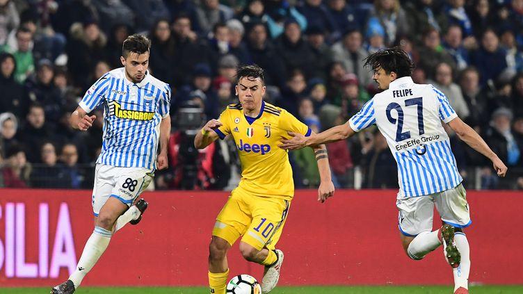 Paulo Dybala tente de passer (MIGUEL MEDINA / AFP)