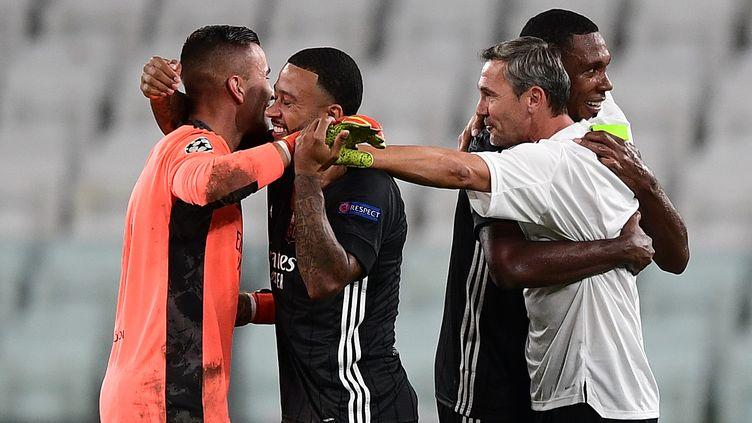 La joie d'Anthony Lopes, de Memphis Depay et de leurs coéquipiers lyonnais après leur qualification en quarts de finale de Ligue des champions. (MIGUEL MEDINA / AFP)