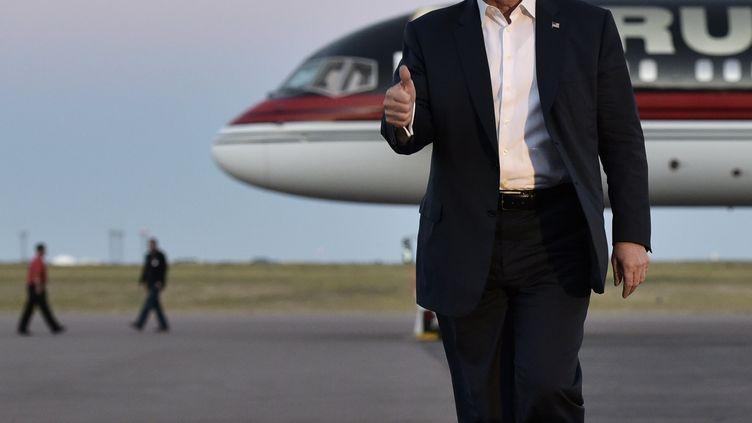 Donald Trump devant son jet lors de la campagne présidentielle, en septembre 2016. (MANDEL NGAN / AFP)