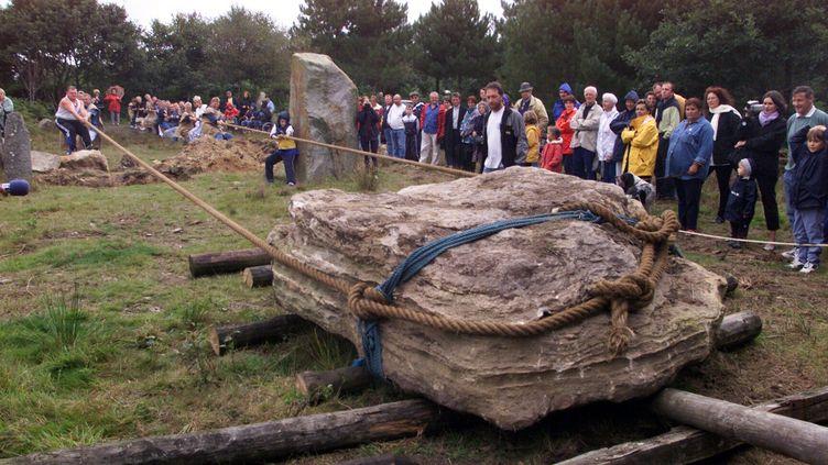 Le déplacement d'un menhir à la force des bras, en 2001 à Morlaix (Finistère). (MAXPPP)
