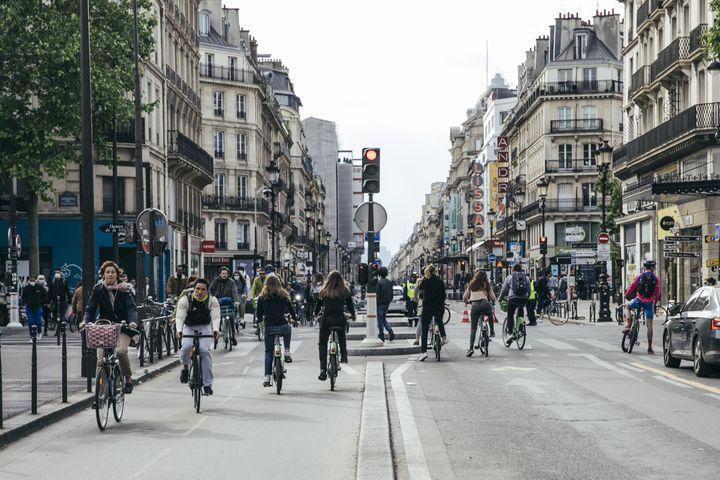 Des cyclistes sur la rue de Rivoli à Paris, où le traffic routier à été interdit, le 13 mai 2020. (YANN CASTANIER / HANS LUCAS / AFP)