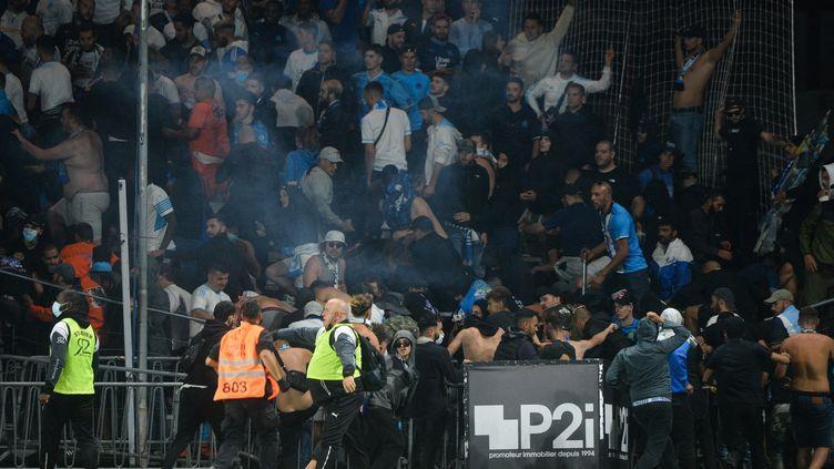 Les supporters marseillais, quelques minutes après l'envahissement du terrain à Angers, mercedi 22 septembre. (JEAN-FRANCOIS MONIER / AFP)