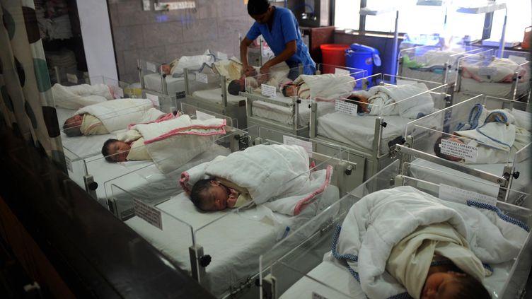 Une maternité dans un hôpital de Calcutta (Inde), en 2010. (DESHAKALYAN CHOWDHURY / AFP)