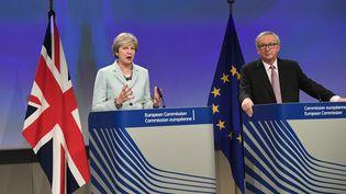 La Première ministre britannique, Theresa May, et le président de la Commission européenne, Jean-Claude Juncker, le 8 décembre 2017, à Bruxelles (Belgique). (EMMANUEL DUNAND / AFP)