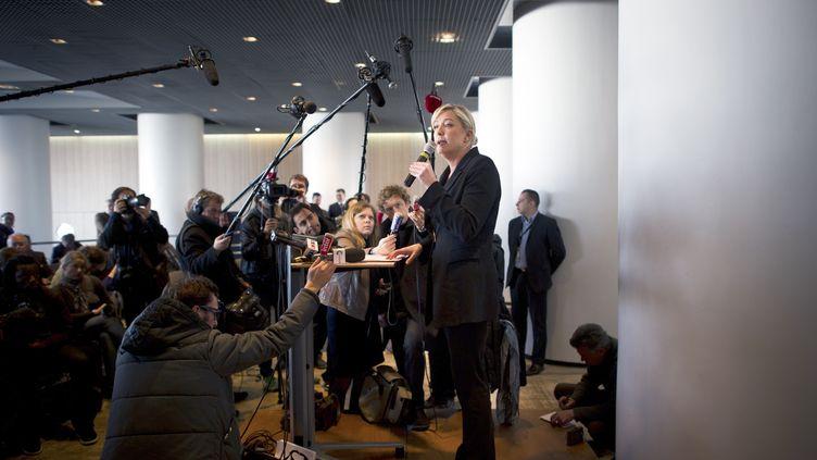 Au 94e congrès de l'Association des maires de France à Paris, Marine Le Pen, candidate du Front national à la présidentielle, a enchaîné conférence de presse et intervention sur la chaîne Public Sénat sans rencontrer les élus, mardi 22 novembre 2011. (MARTIN BUREAU / AFP)
