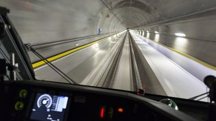 Un test de circulation dans le tunnel du Saint-Gothard, en 2015.  (GAETAN BALLY / MAXPPP)