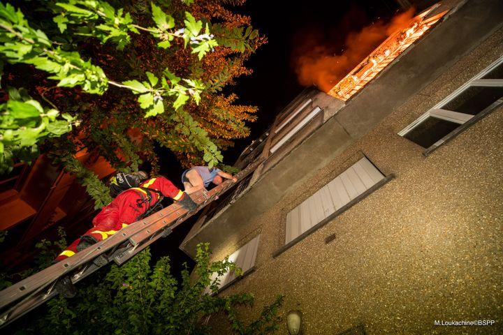 Les habitants ont dû être evacués avec des échelles à main par la façade. (M.Loukachine/BSPP)
