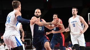 La France d'Evan Fournier est venue à bout de la République tchèque en match de poule des JO 2021. (ARIS MESSINIS / AFP)