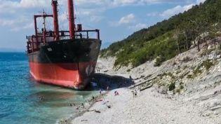 Un cargo s'est échoué sur une plage russe après une tempête. Une catastrophe évidemment, mais cela n'empêche pas les vacanciers d'aller sur la plage (FRANCE 2)
