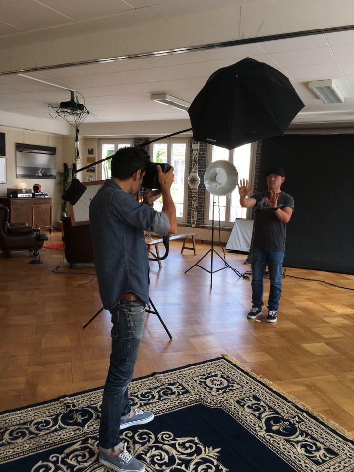 Séance photo dans le studio de Dom Daher pour la prochaine campagne d'Une bouteille à la mer (Franceinfo / M.Herenstein)