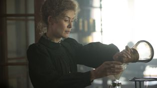 Marie-Curie, incarnée par Rosamund Pike, dans le filmRadioactivede Marjane Satrapi. (@2019 STUDIOCANAL SAS AND AMAZON CONTENT SERVICES LLC)