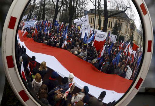Manifestation à Varsovie le 12 mars 2016 contre la réforme du Tribunal constitutionnel (REUTERS - Kacper Pempel - File Photo)
