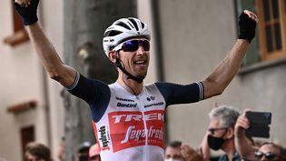 Baule Mollema célèbre sa victoire sur la 14e étape du Tour de France, samedi 10 juillet. (ANNE-CHRISTINE POUJOULAT / AFP)
