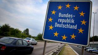 Un panneau matérialise la frontière allemande à Aix-la-Chapelle le 27 mai 2011. (OLIVER BERG / DPA / AFP)