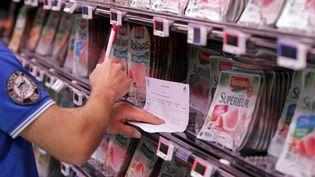 Un paysan vérifie les prix et les origines de la viande dans un supermarché à Coutances en Normandie le18 août 2015. (CHARLY TRIBALLEAU / AFP)