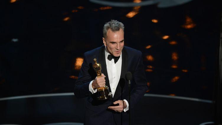 Daniel Day-Lewisa remporté pour la troisième fois l'Oscar du meilleur acteur, lors de la 85e cérémonie des Oscars, le 24 février 2013, à Hollywood. (ROBYN BECK / AFP)