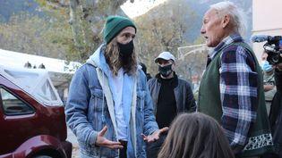 Julien Doré échange avec un habitant de Saint-Martin-Vésubie (Alpes-Maritimes), le 21 novembre 2020. (MAXPPP / JEAN-FRANCOIS OTTONELLO)