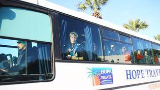 Des touristes dans un bus à Tunis (Tunisie), mercredi 18 mars 2015. (CITIZENSIDE / MOHAMED KRIT / AFP)