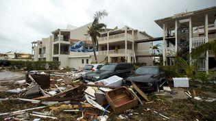 Les ravages causés par l'ouragan Irma devant l'hôtel Mercure de Marigot, à Saint-Martin, dans les Caraïbes, le 7 septembre. (LIONEL CHAMOISEAU / AFP)