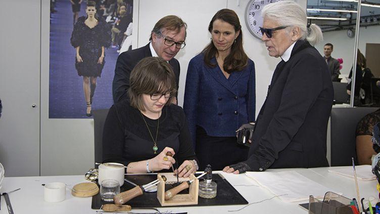 Aurélie Filippetti et Karl Lagerfeld visitent les ateliers Chanel le 7 février 2014.  (Joel Saget / AFP)