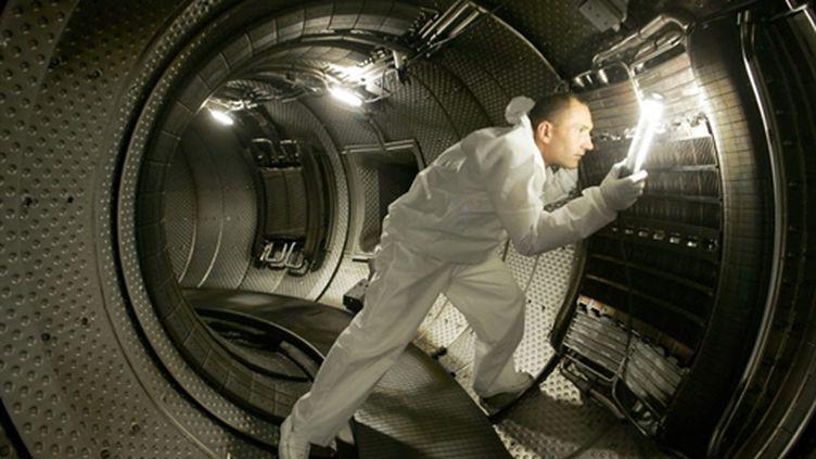 Un technicien vérifie l'antenne de chauffage du plasma sur un réacteur nucléaire à Cadarache - 28/07/10 (AFP Photos)