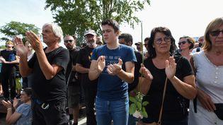 Des participants à la marche blanche en hommage à Steve Maia Caniço lors d'une minute d'applaudissements, le 3 août 2019, sur l'île de Nantes. (JEAN-FRANCOIS MONIER / AFP)