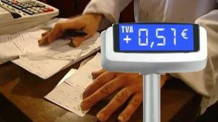 France 2 a suivi une mère de famille dans ses dépenses quotidiennes et calculé le surcoût occasionné par la hausse des taux de TVA le 1er janvier 2014. ( FRANCE 2 / FRANCETV INFO)